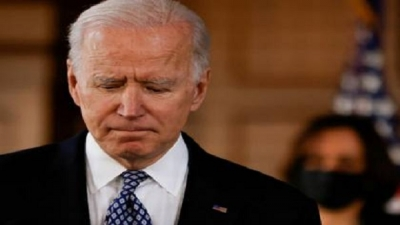 Biden almost fell on the stairs again (video)